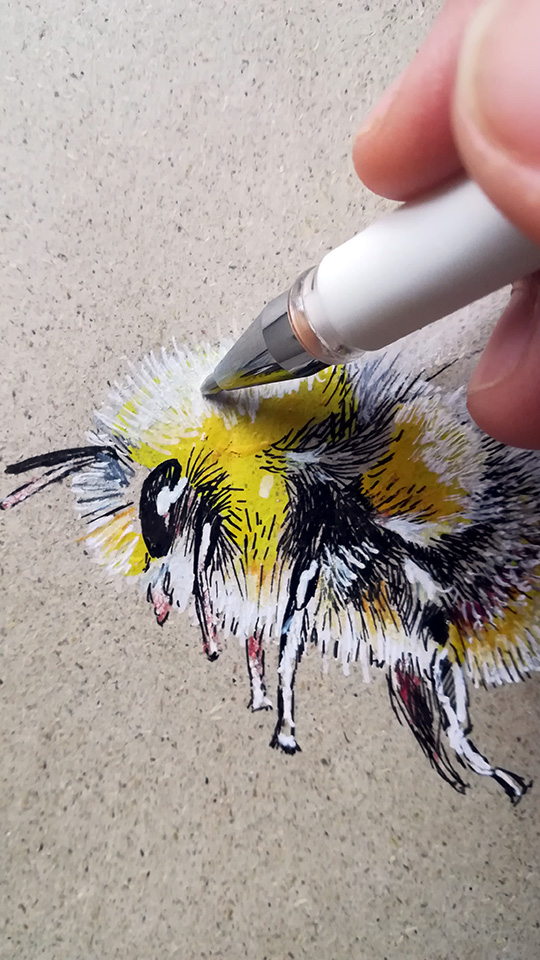 Bee drawing with acrylic - Sabrillu