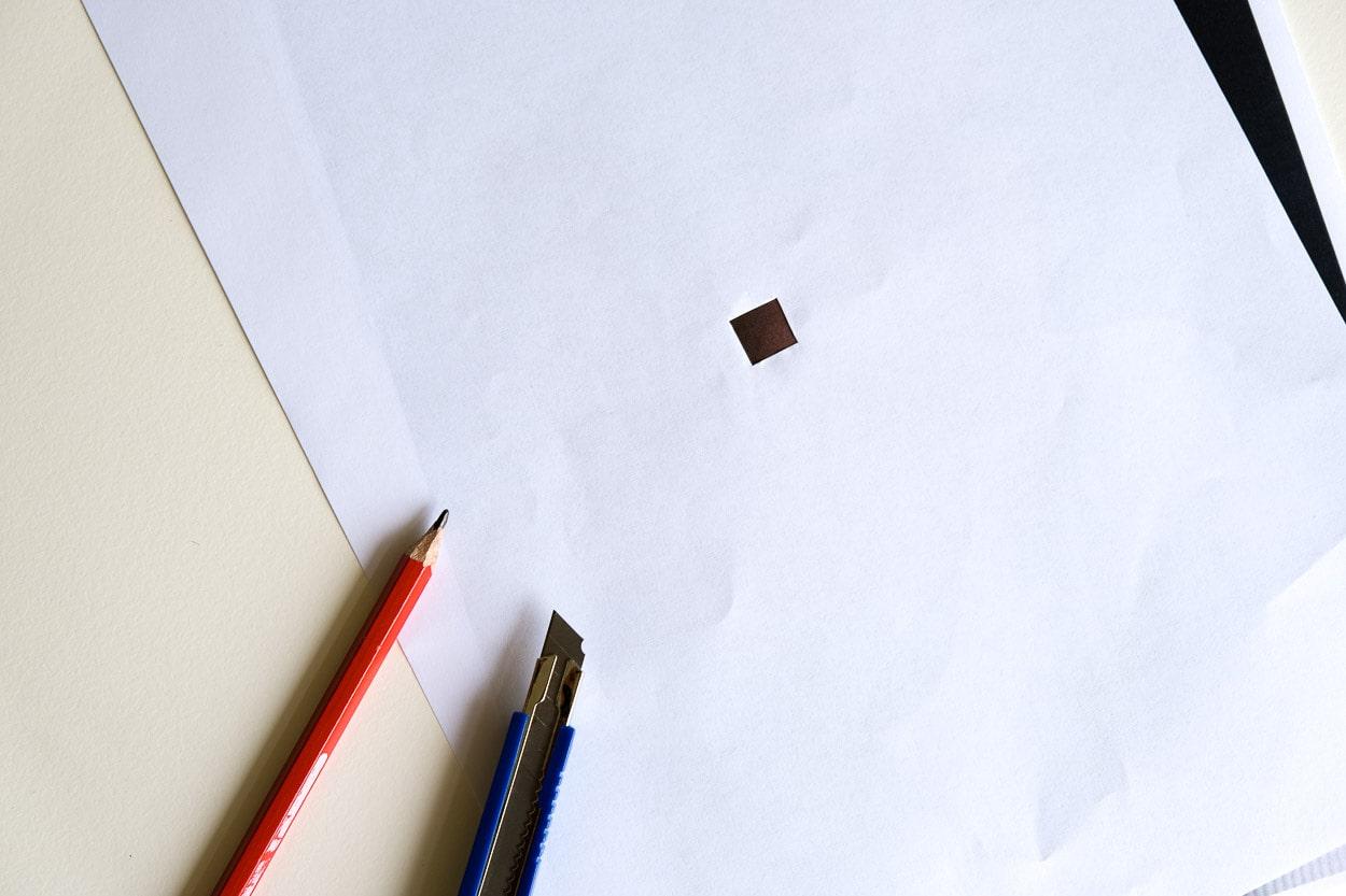 Loch in Papier schneiden