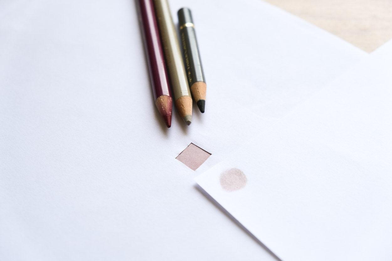 Papierfenster und Buntstiften Hauttöne zeichnen